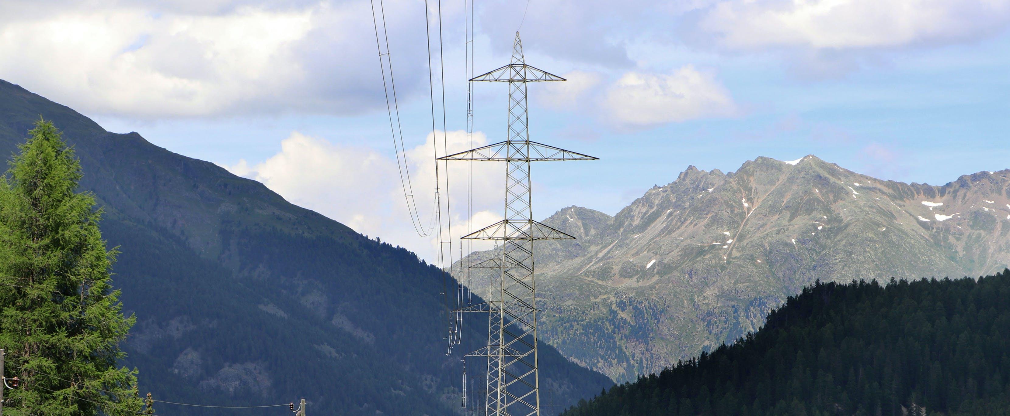 Zwischen La Punt und Zernez tragen die Masten heute nur auf einer Seite eine Leitung.